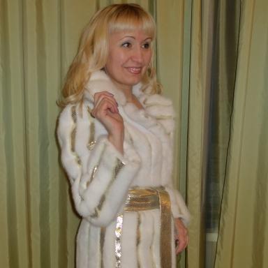 Пальто из меха норки и золотой кожи под рептилию